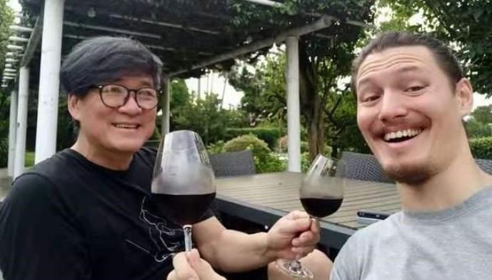 周华健为混血儿子庆生!31岁满脸皱纹和胡茬,被指和老爸像同龄人
